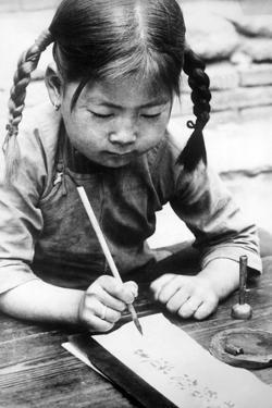 Chinesisches Mädchen beim Schreiben, 1940 by Knorr & Hirth