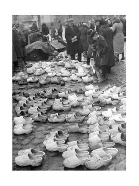 Holzschuhmarkt in Memel, 1939 by Knorr & Hirth