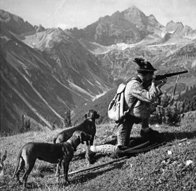 Jäger mit zwei Hunden, um 1935 by Knorr & Hirth