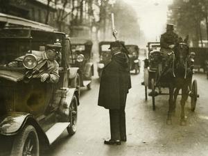 Verkehrspolizist in Paris, 1930er Jahre by Knorr & Hirth