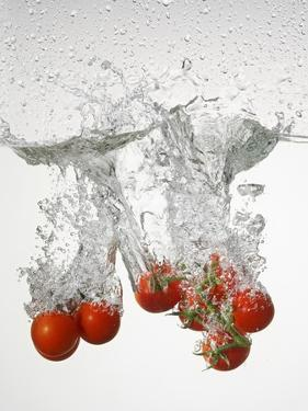 Tomatoes Falling into Water by Kr?ger & Gross