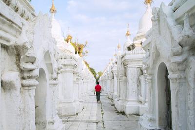 https://imgc.allpostersimages.com/img/posters/kuthodaw-pagoda-stupas-housing-the-world-s-largest-book-mandalay-myanmar-burma_u-L-Q12SD9S0.jpg?artPerspective=n