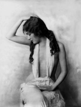 https://imgc.allpostersimages.com/img/posters/l-actrice-americaine-gloria-swanson-1899-1983_u-L-Q1C48YH0.jpg?artPerspective=n