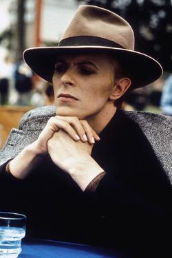 L' homme qui venait d'ailleurs MAN WHO FELL TO EARTH by NicolasRoeg with David Bowie, 1976 (photo)