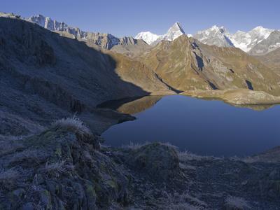 https://imgc.allpostersimages.com/img/posters/lacs-de-fenetre-mont-blanc-grand-jorasses-val-ferret-valais-switzerland_u-L-Q1EY2UN0.jpg?artPerspective=n