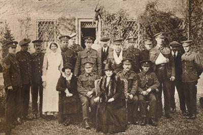 https://imgc.allpostersimages.com/img/posters/lady-elizabeth-with-countess-of-strathmore-and-convalescent-wounded-soldiers-1916_u-L-Q1EFBWL0.jpg?artPerspective=n