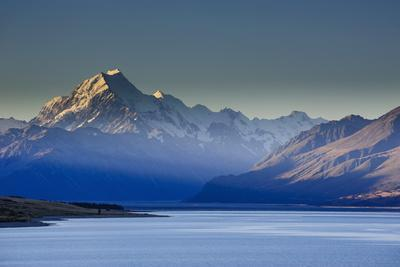 https://imgc.allpostersimages.com/img/posters/lake-pukaki-with-mount-cook-in-the-background-in-the-late-afternoon-light_u-L-PQ8O9Z0.jpg?p=0