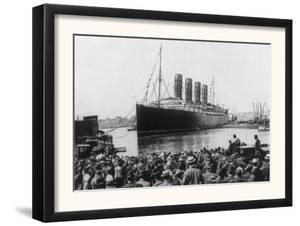 Crowd Watching the Lusitania Photograph - New York, NY by Lantern Press