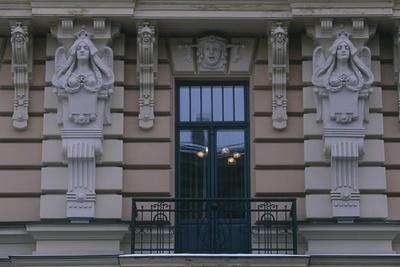 https://imgc.allpostersimages.com/img/posters/latvia-riga-historic-centre-building-exterior-detail_u-L-PRLG4A0.jpg?p=0