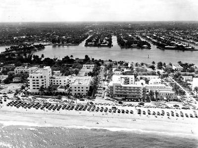 https://imgc.allpostersimages.com/img/posters/lauderdale-beach-and-islands-c-1950_u-L-PPQUCV0.jpg?artPerspective=n