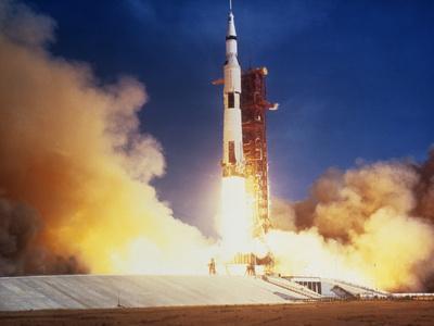 https://imgc.allpostersimages.com/img/posters/launch-of-apollo-11-spacecraft-en-route-to-moon_u-L-PZIU120.jpg?artPerspective=n