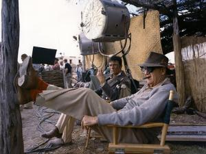 Laurence Harvey and John Ford sur le tournage du film Alamo by JohnWayne, 1960 (photo)