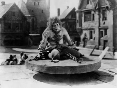 https://imgc.allpostersimages.com/img/posters/le-bossu-by-notre-dame-the-hunchback-of-notre-dame-by-wallaceworsley-with-lon-chaney-sr-quasimodo_u-L-Q1C2A9M0.jpg?artPerspective=n