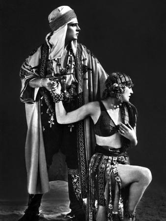 https://imgc.allpostersimages.com/img/posters/le-fils-du-sheik-the-son-of-the-sheik-by-george-fitzmaurice-with-rudolph-valentino-and-vilma-banky_u-L-Q1C2A110.jpg?artPerspective=n