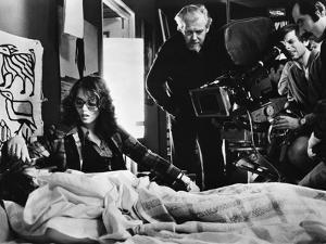 LE LOCATAIRE, 1976 directed by ROMAN POLANSKI On the set, Roman Polanski directs Isabelle Adjani (p