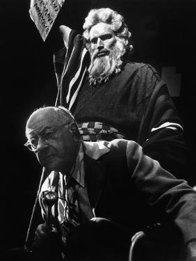 Le realisateur Cecil. B. DeMille and Charlton Heston sur le tournage du film Les Dix Commandements