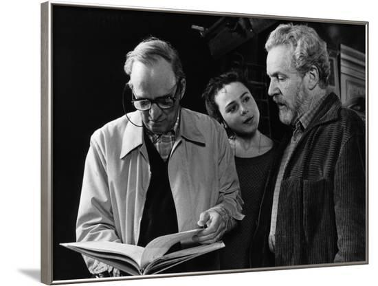 Le realisateur Ingmar Bergman, Nadja Palmstjerna-Weiss and Erland Josephson sur le tournage du tele--Framed Photo