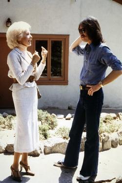 Le realisateur John Carpenter and Janet Leigh sur le tournage du film Fog, 1980 (photo)