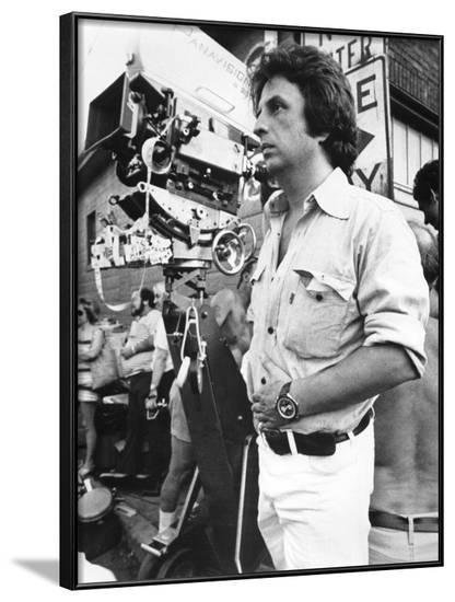 Le realisateur Michael Cimino sur le tournage du film Voyage au bout by l'enfer THE DEER HUNTER, 19--Framed Photo