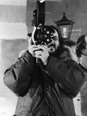 Le realisateur Stanley Kubrick sur le tournage du film Shining, 1980 (d'apres StephenKing) (b/w pho