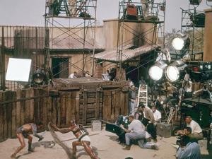 Le realisateur Stanley Kubrick, Woody Strode and Kirk Douglas sur le tournage du film Spartacus by