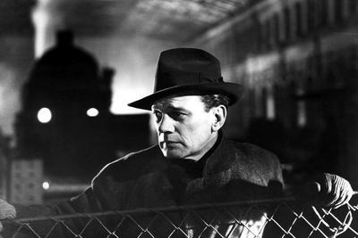 https://imgc.allpostersimages.com/img/posters/le-troisieme-homme-the-third-man-by-carol-reed-with-joseph-cotten-1949-b-w-photo_u-L-Q1C2EV00.jpg?artPerspective=n