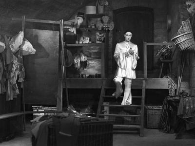 https://imgc.allpostersimages.com/img/posters/les-enfants-du-paradis-directed-by-marcelcarne-with-jean-louis-barrault-1944-b-w-photo_u-L-Q1C2AQJ0.jpg?artPerspective=n
