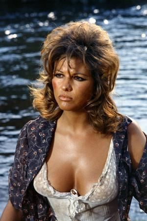 https://imgc.allpostersimages.com/img/posters/les-petroleuse-1971-directed-by-christian-jaque-claudia-cardinale-photo_u-L-Q1C17Z40.jpg?artPerspective=n