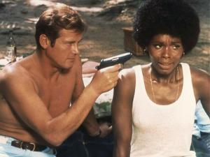 LIVE AND LET DIE, 1973 directed by GUY HAMILTON Roger Moore / Gloria Hendry (photo)