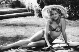 LOLITA, 1962 directed by STANLEY KUBRICK Sue lyon (b/w photo)