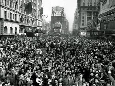 https://imgc.allpostersimages.com/img/posters/looking-north-from-44th-street-new-york-s-times-square-is-packed_u-L-Q10OT510.jpg?p=0