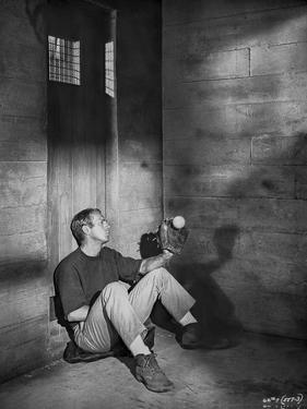 Steve McQueen sitting at the Corner Scene Excerpt from Film in Black and White by Lothar Winkler