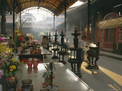 https://imgc.allpostersimages.com/img/posters/lungshan-temple-taipei-taiwan_u-L-P1T9WM0.jpg?p=0