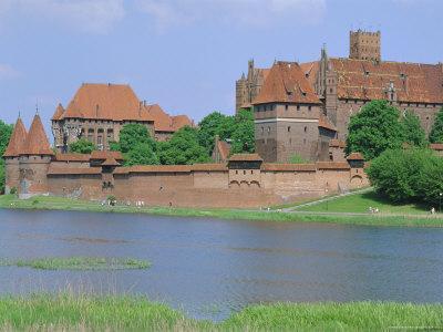 https://imgc.allpostersimages.com/img/posters/malbork-castle-coujavie-poland_u-L-P2KA460.jpg?p=0