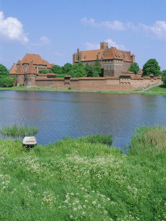 https://imgc.allpostersimages.com/img/posters/malbork-castle-coujavie-poland_u-L-P2KA590.jpg?p=0