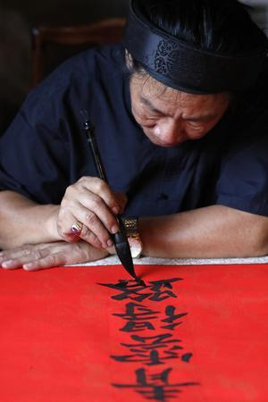 https://imgc.allpostersimages.com/img/posters/man-doing-traditional-chinese-writing-calligraphy-in-ink-using-a-brush-the-temple-of-literature_u-L-Q1GYHVS0.jpg?artPerspective=n