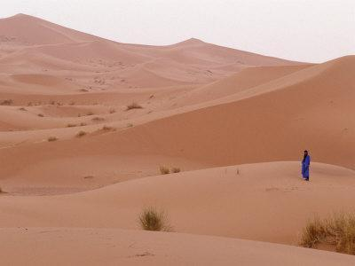 https://imgc.allpostersimages.com/img/posters/man-in-traditional-dress-on-erg-chebbi-sand-dunes-morocco_u-L-P5872S0.jpg?artPerspective=n