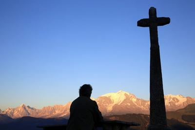 https://imgc.allpostersimages.com/img/posters/man-praying-in-front-of-mont-blanc-megeve-france_u-L-Q1GYJI70.jpg?artPerspective=n