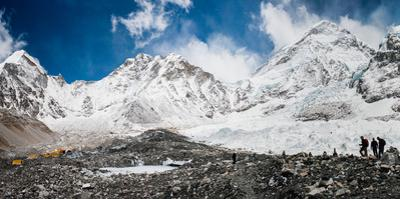 Panoramic view of climbers arriving at the Mount Everest basecamp. by Martin Edstrom