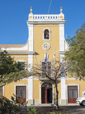 Camara Municipal da Praia. Praca Alexandre Albuquerque in Plato. by Martin Zwick