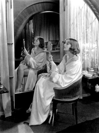 https://imgc.allpostersimages.com/img/posters/mata-hari-1932-directed-by-george-fitzmaurice-greta-garbo-b-w-photo_u-L-Q1C10DQ0.jpg?artPerspective=n