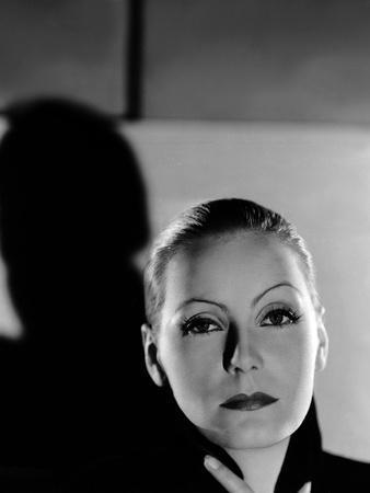 https://imgc.allpostersimages.com/img/posters/mata-hari-1932-directed-by-george-fitzmaurice-greta-garbo-b-w-photo_u-L-Q1C10NS0.jpg?artPerspective=n