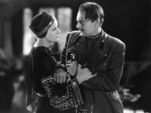 MATA HARI, 1932 directed by GEORGE FITZMAURICE Greta Garbo / Lionel Barrymore (b/w photo)