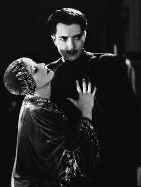 MATA HARI, 1932 directed by GEORGE FITZMAURICE Greta Garbo / Ramon Novarro (b/w photo)