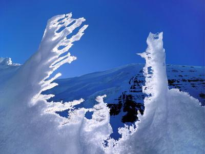 https://imgc.allpostersimages.com/img/posters/melting-snow-in-front-of-a-mountain-antartica_u-L-PNFQMZ0.jpg?artPerspective=n