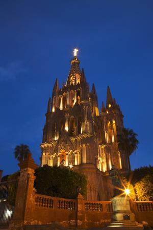https://imgc.allpostersimages.com/img/posters/mexico-san-miguel-de-allende-evening-lights-parroquia-archangel-church_u-L-Q1D0CIC0.jpg?artPerspective=n