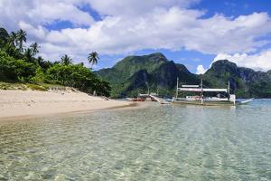 Long Sandy Beach in the Bacuit Archipelago, Palawan, Philippines by Michael Runkel