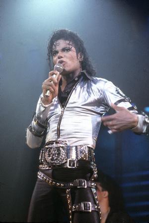 https://imgc.allpostersimages.com/img/posters/mickael-jackson-on-stage-in-los-angeles-in-1993_u-L-PWGKZP0.jpg?artPerspective=n