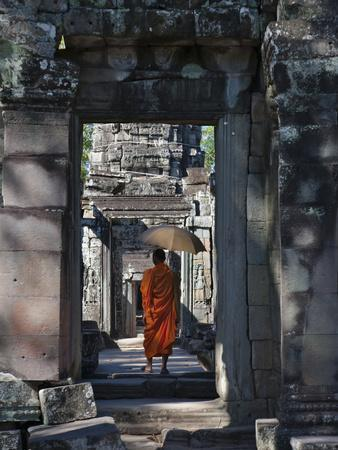 https://imgc.allpostersimages.com/img/posters/monk-with-buddhist-statues-in-banteay-kdei-cambodia_u-L-PHASAX0.jpg?p=0