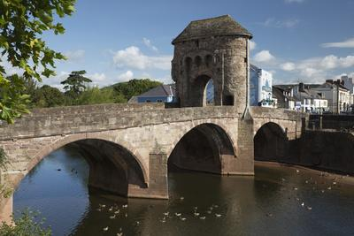 https://imgc.allpostersimages.com/img/posters/monnow-bridge-and-gate-over-the-river-monnow-monmouth-monmouthshire-wales-uk_u-L-PWFAOU0.jpg?artPerspective=n